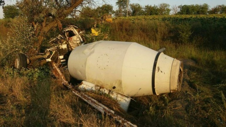 Cement truck crash tree and overturn, driver dead (PHOTO)