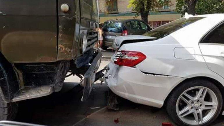 Truck crashes Mercedes in Chisinau center