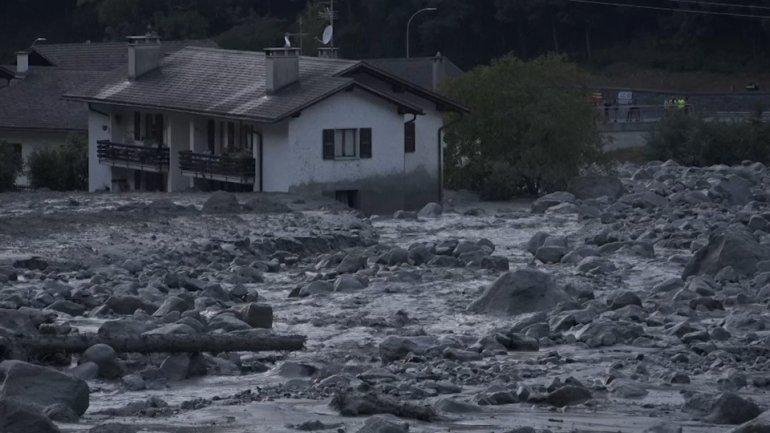 Swiss police: 8 missing after mudslide near Italian border (video)