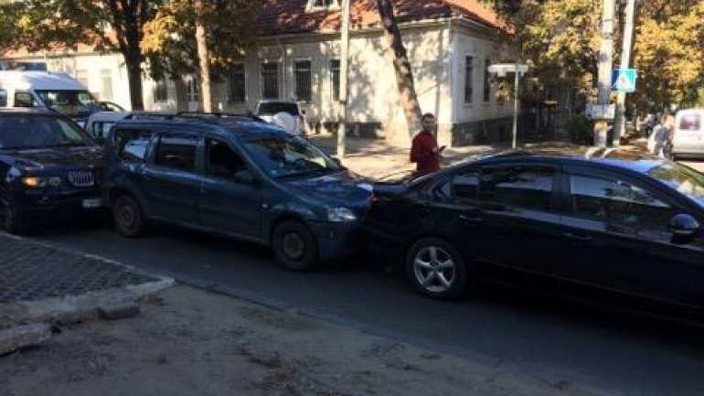 Chain reaction car accident caused traffic on Mateevici street