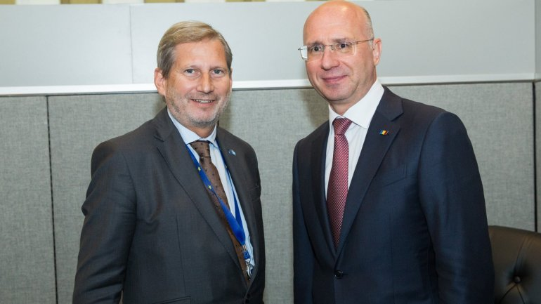 Pavel Filip engaged in discussion with Johannes Hahn at UN General Assembly