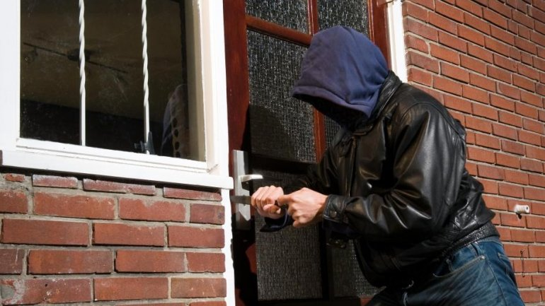 Daylight robbery: Three guys sneaked into woman's house, beat her and stole money