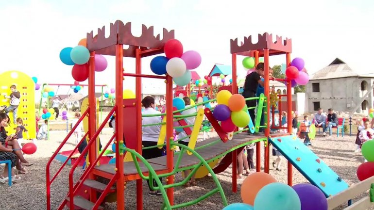 "New playground for children of Mileștii Mici built by Vlad Plahotniuc's foundation ""Edelweiss"""