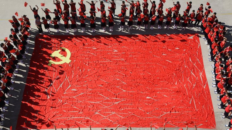 China tighten surveillance before Communist Party Congress interrupting WhatsApp services
