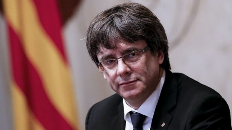 Catalan president Puigdemont insists 'need to de-escalate tension' and dialogue on independence