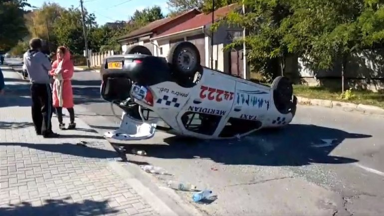 Taxi overturns after violent accident at intersection Paris, Suceava in Chisinau