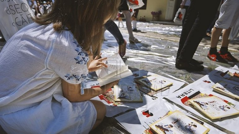 Books donated by Romanians, distributed for free on Chisinau streets
