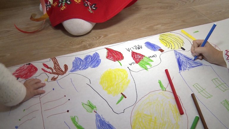 Preschool from Capital allowed children to draw their autumn on one km long paper