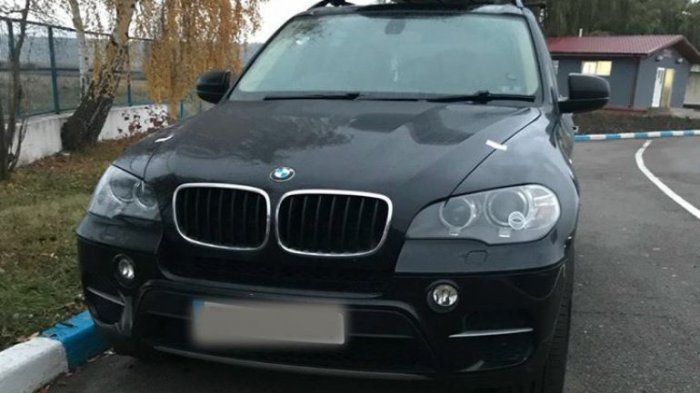 A BMW X5 was seized at Leușeni customs due to its registration plate not matching