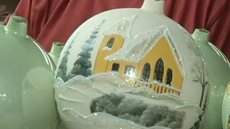 Talent has no boundaries. Violinist that makes Christmas ornaments into pieces of art