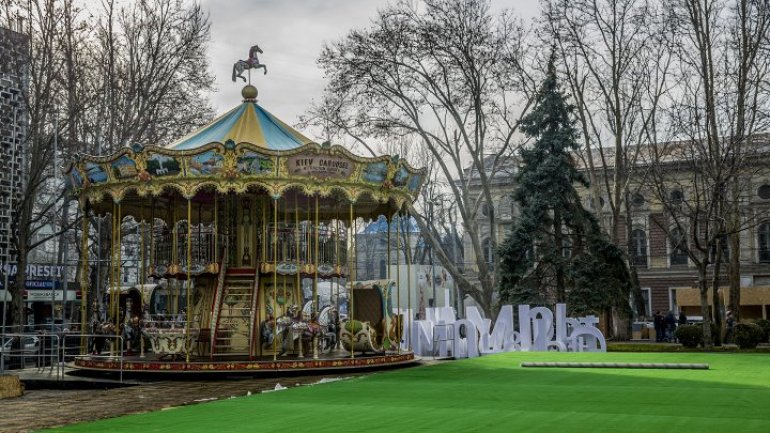 Extraordinary carousel to hearten children in Christmas Fair (PHOTOREPORT)
