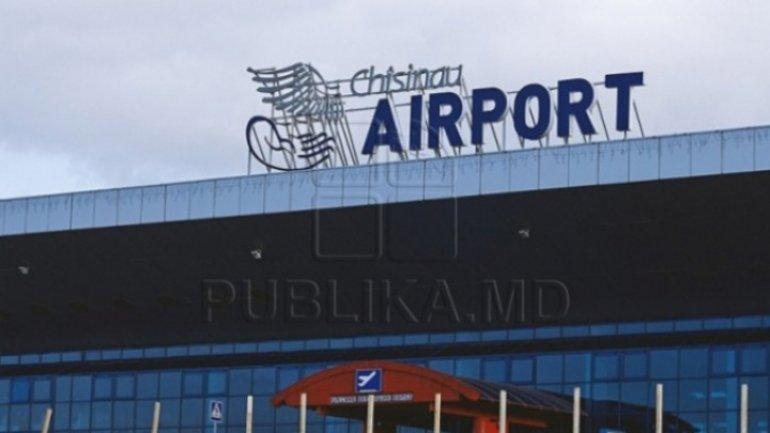 Passengers surprised at unexpected Christmas gifts in Chisinau Airport