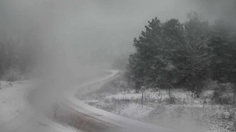 Snowing all over Moldova! Drivers are urged to be more careful