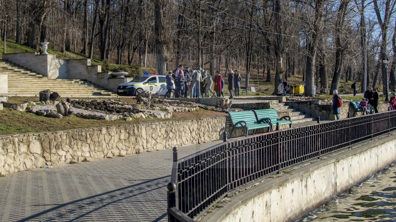 Scandal in Valea Morilor Park. Woman begun cursing and throwing stone at statue of two lovers