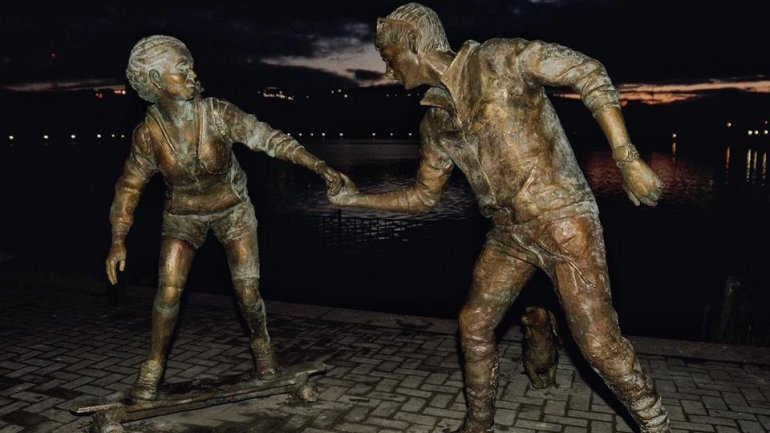 New piece of art decorates the Capital. Sculpture of two lovers installed in Valea Morilor Park