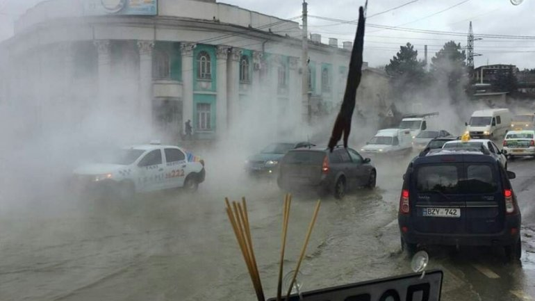 Hot water pipe cracked flooding Vadul lui Voda Street from Capital