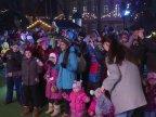 Dozens of children organized flash mob to ask Santa Claus for snow