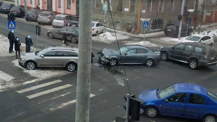 Car accident in Capital, resulted in 3 heavily damaged vehicles