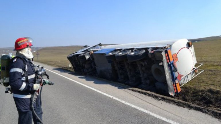 Rescuers and firefighters called in, as truck filled with oil toppled near Vulcănești