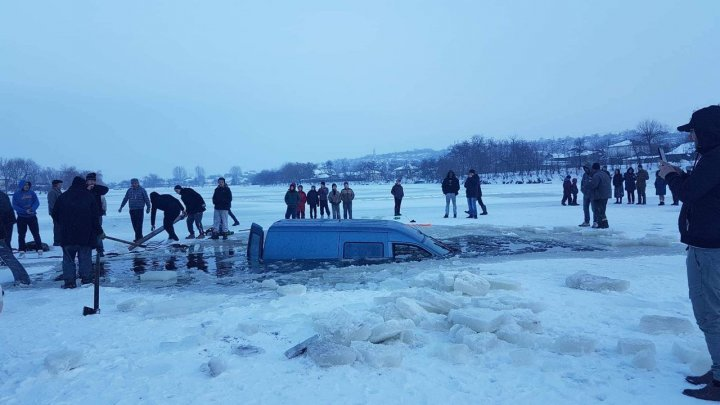 Car fell into lake as ice broken in Sângereii Noi village