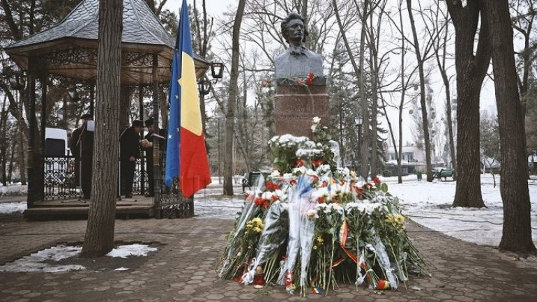 Moldova's politicians, writers laid flowers at bust of national poet Mihai Eminescu on Culture Day
