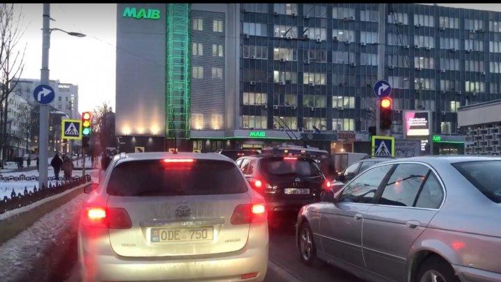Traffic light malfunctions in Capital. Lights randomly flickering (Video)