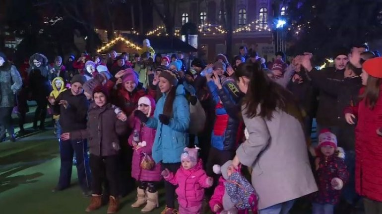 Dozens of children organized flash mob to ask Santa Claus for snow