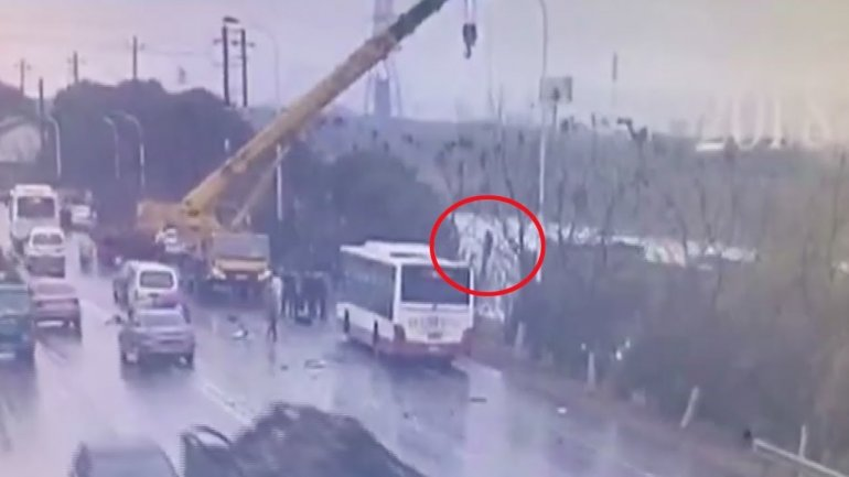 Heroic crane driver lifted all passengers in sinking bus