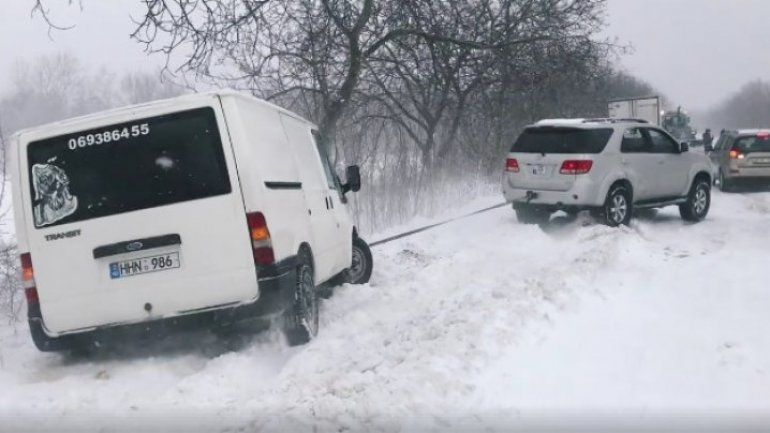 Heavy snow on street: Moldovans didn't remain indifferent, helping other blocked cars