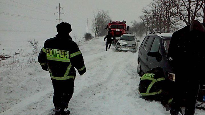 Winter Storm in Moldova. Rescuers assisted cars stuck in snow, while 4 settlements remain without power