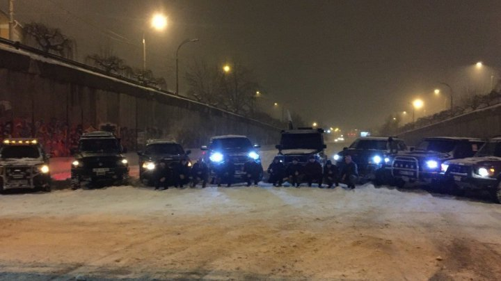 Chisinau heroes! Young locals with their cars left home to help blocked trucks
