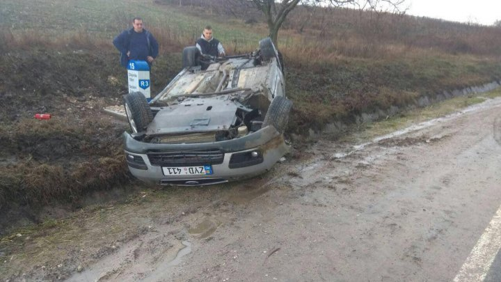 Ialoveni: Cars overturned due to speeding and water on road
