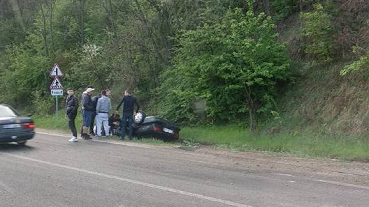 Crash near Fundul Galbenei. Car overturned and fell in a ditch (Photo)