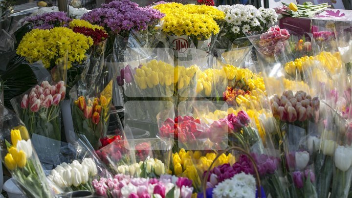 Improvised flower markets appeared near cemeteries on Memorial Day