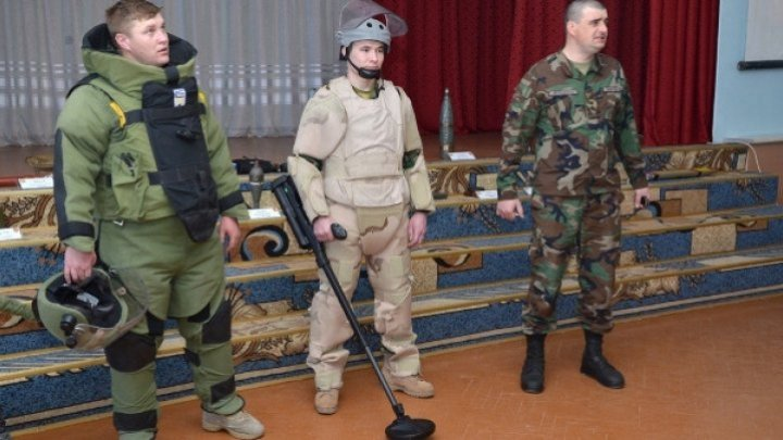 Bomb squad instruct Students in Străşeni to deal with unexploded munitions