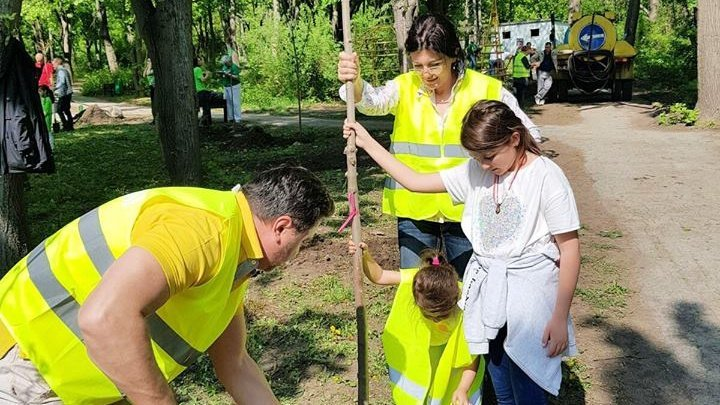 Interim Mayor and her family plant trees  in Valea Trandafirilor Park