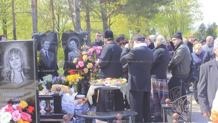 Cemeteries were filled today with thousands of people who went to visit the graves of their beloved ones