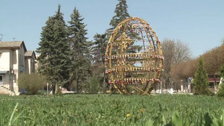 Huge Easter egg yoked by 400 smaller attracts flocks of visitors in Făleşti