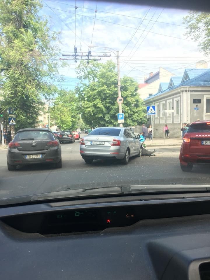 Car gravely damaged after crash in Chisinau center