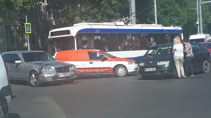 Road accident between three cars in Capital center
