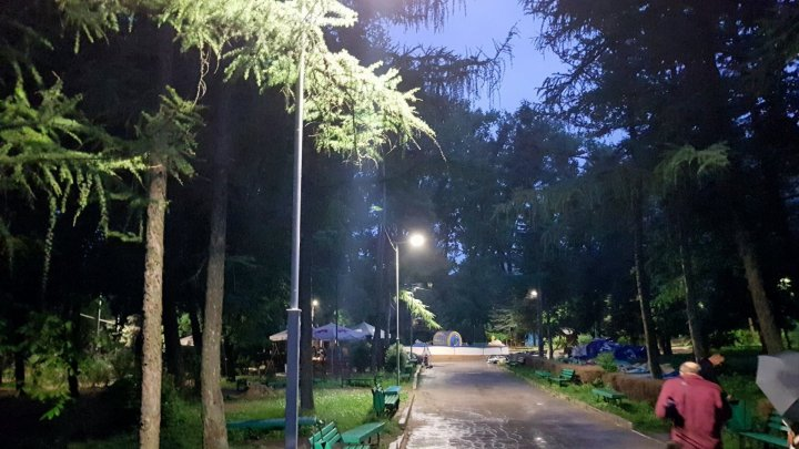 After over 30 years of darkness, Râşcani park from Capital will be illuminated at night