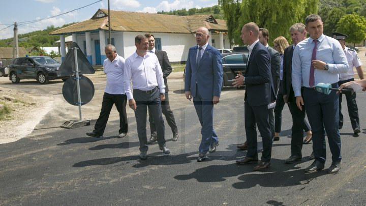 Pavel Filip inspected road repair in Drăguşeni village under Good roads for Moldova