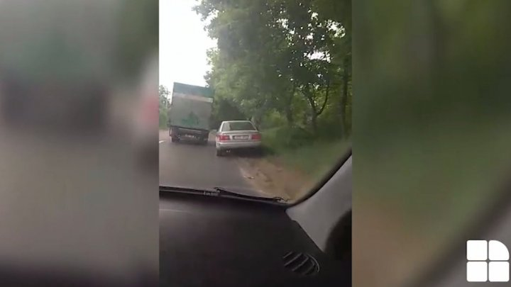 Chisinau driver - King of road. Watch how driver passes a truck on narrow street