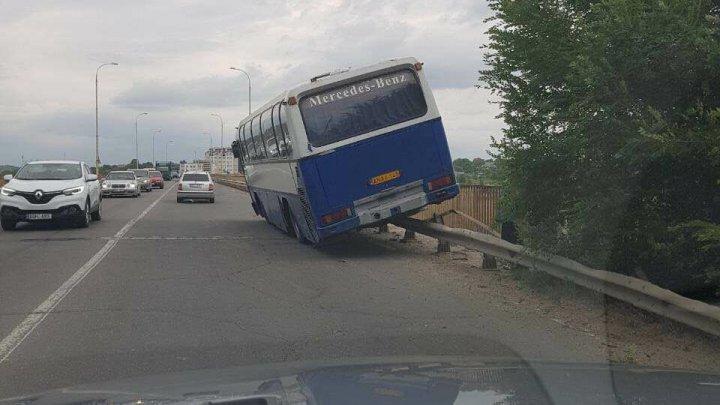 Chişinău - Anenii Noi bus stuck on bridge in Sângera
