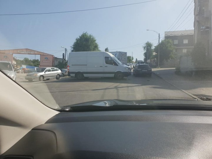 Accident in the Capital. Two cars smashed into each on Vadul lui Voda street
