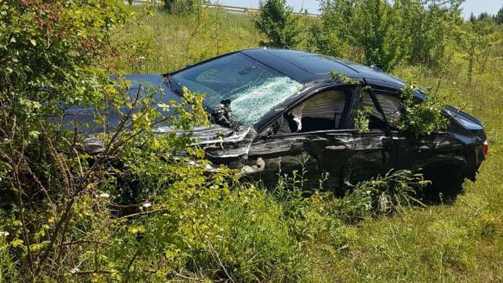 Car crash between BMW and minibus near Stejăreni village