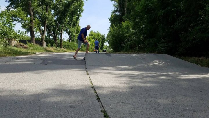 The asphalt can't stand the heat. Road going to Sireț village cracked and lifted
