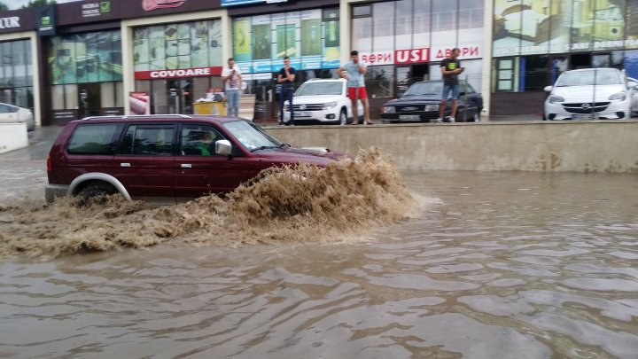 Heavy rain aftermath: Transports blocked, Uzinelor street flooded completely