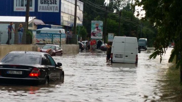 Heavy rain aftermath: Transports blocked, Uzinelor street flooded completely