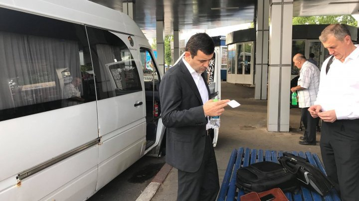 Economy Minister detects transport problems while on board
